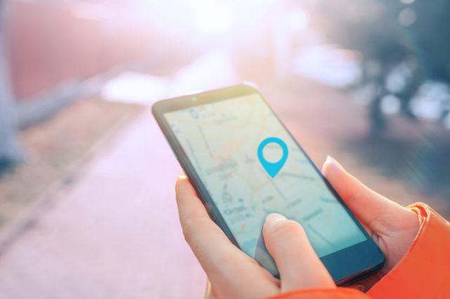 Local SEO: Handy mit geöffneter Karten-App