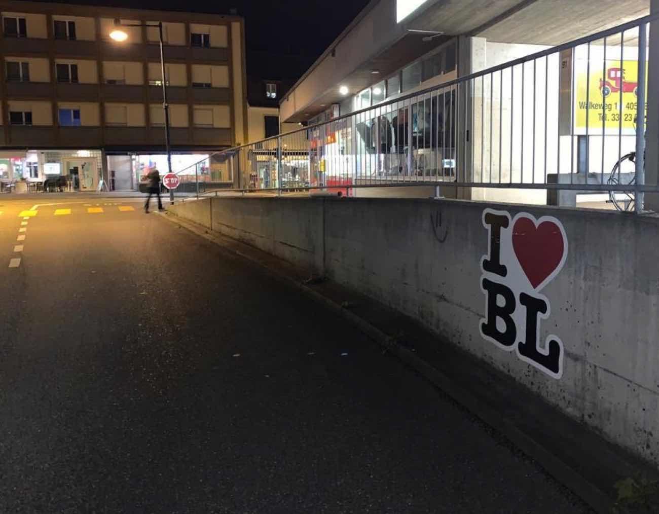 I love BL klebt an einer Wand im Baselland