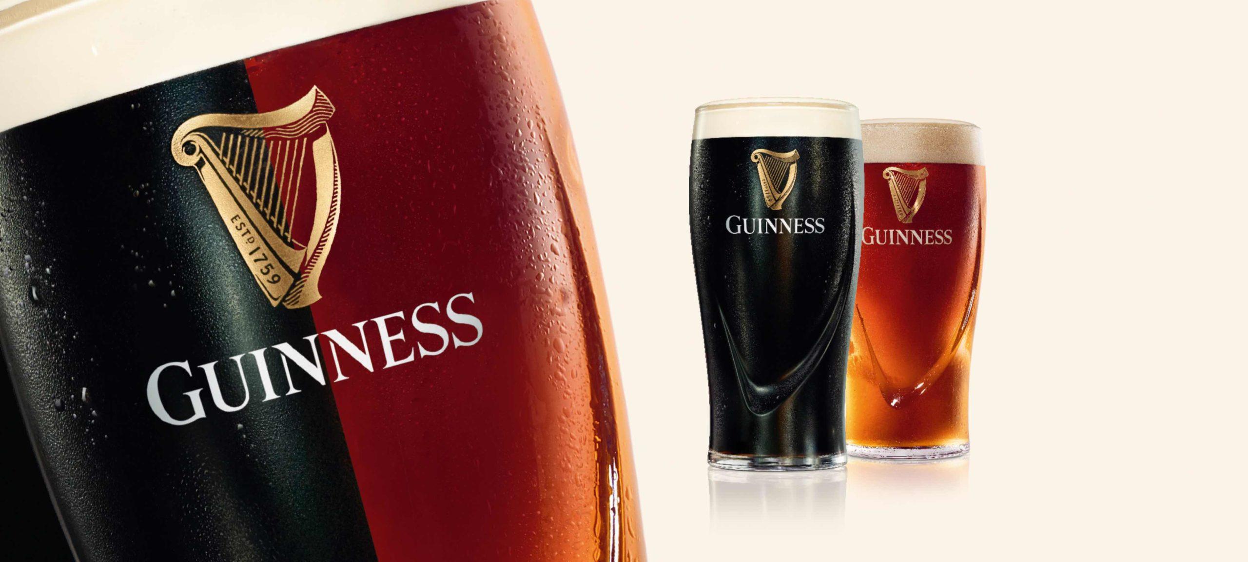 Guinness-Glas mit Logo und ein dunkles und helles Guinness im Hintergrund