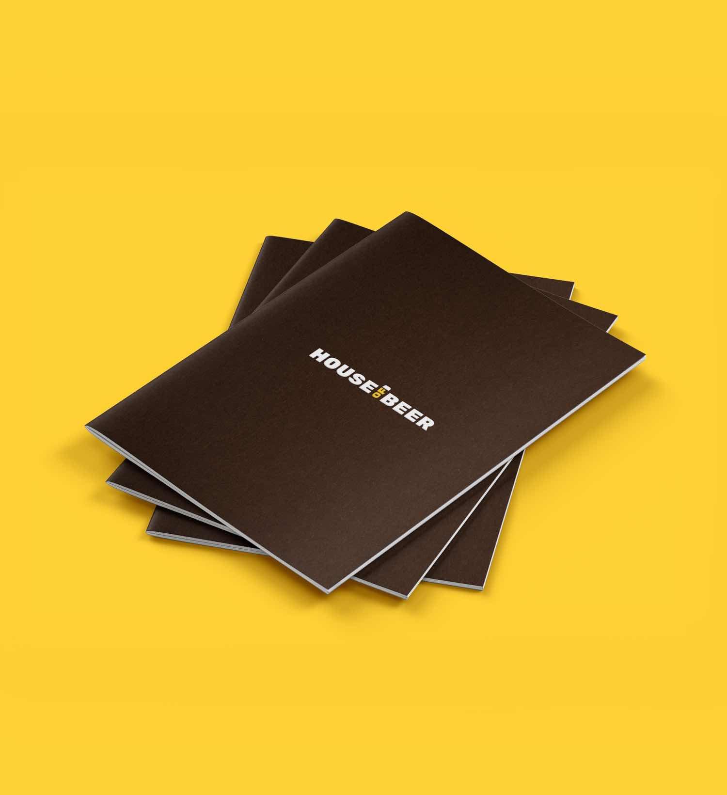Sales Folder von House of Beer übereinander gestapelt auf gelben Hintergrund