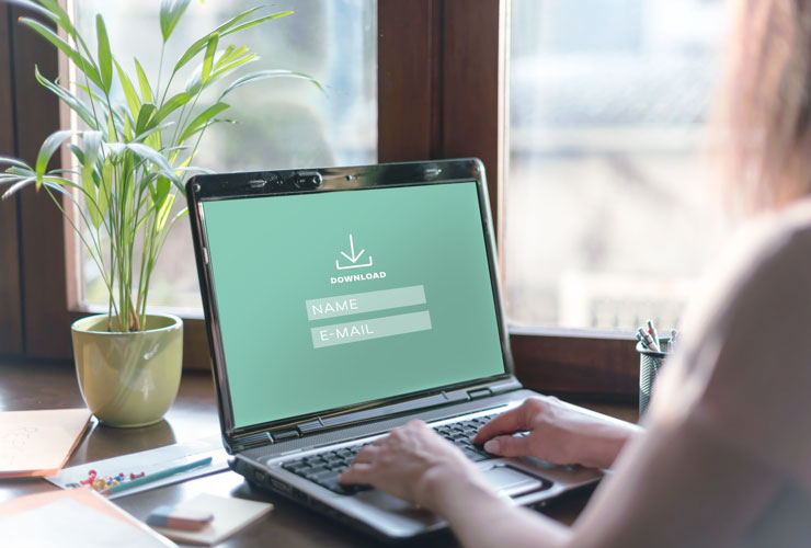 Leadgenerierung: Laptop zeigt Download-Seite mit Adressformular
