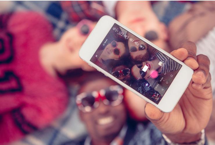 TikTok-Kampagnen: eine Gruppe junger Menschen nimmt ein Selfie-Video auf