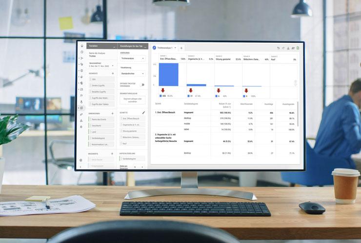 Google Analytics 4: Darstellung der neuen Oberfläche auf einem PC-Screen